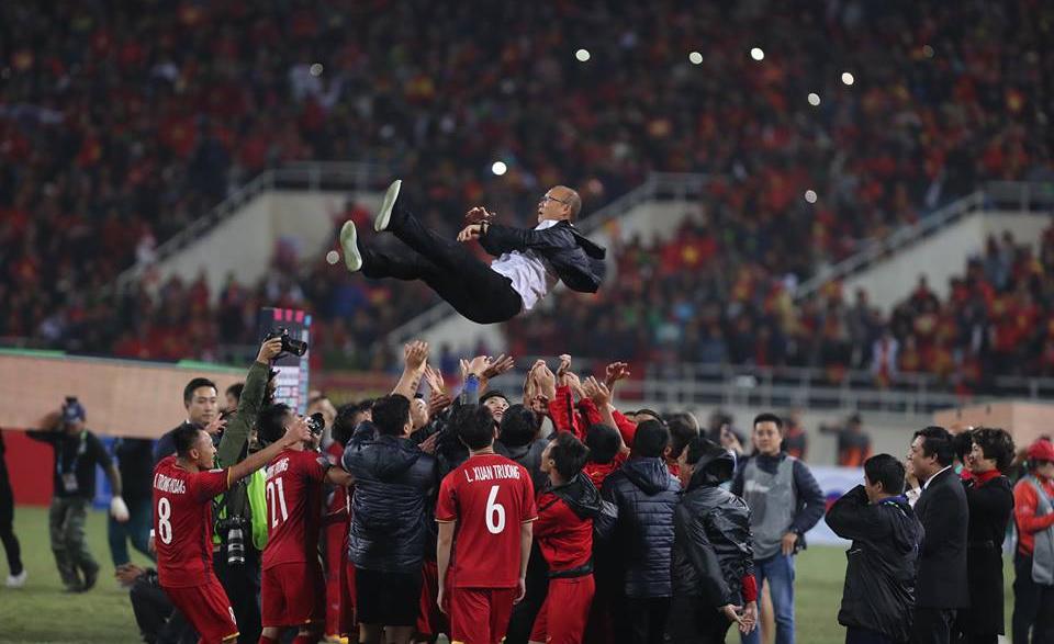 Hình ảnh cầu thủ Việt Nam  ăn mừng chiến thắng
